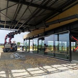 Bras de grue 135Tm lors de pose de vitrages pour une concession automobile dans la région de Caen
